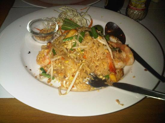 Queen's Garden Resort at River View: pad thai in the hotel resto