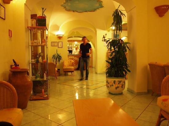 Hotel Villa Sirena: ALBERTO CON IL LIQUORE RUCOLINO IN MANO_X NOI_VILLA SIRENA_ EVA KOTTROVA_ (640x477)