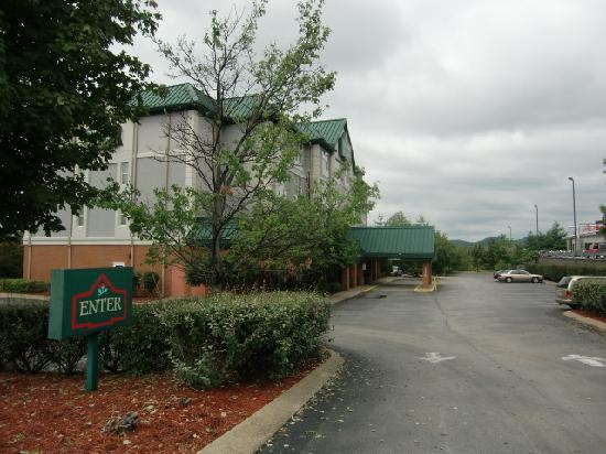 Country Inn & Suites by Radisson, Cool Springs, TN: the driveway