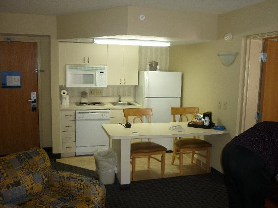 Hampton Inn & Suites Fort Myers Beach / Sanibel Gateway: kitchen hamptonnin &suites fort myers