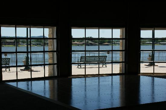 Granbury Resort Conference Center: Dance floor and view of lake from large windows