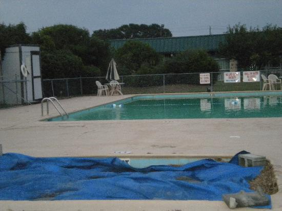 Motel Super 7: Hot tub and pool area