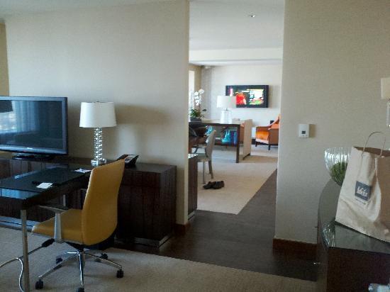 โรงแรมเจดับบลิวแมร์ริออตต์ ลอสแอนเจลิส แอท แอลเอไลฟ์: View from Charimans Suite Study through to Living/Dining Room