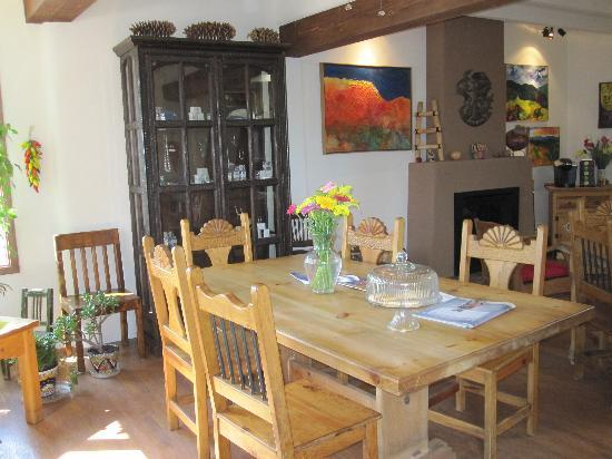 Casa Cuma Bed & Breakfast: Living Room/Indoor Breakfast Area