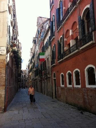 Ca' Venezia: The hostel is just down that lane