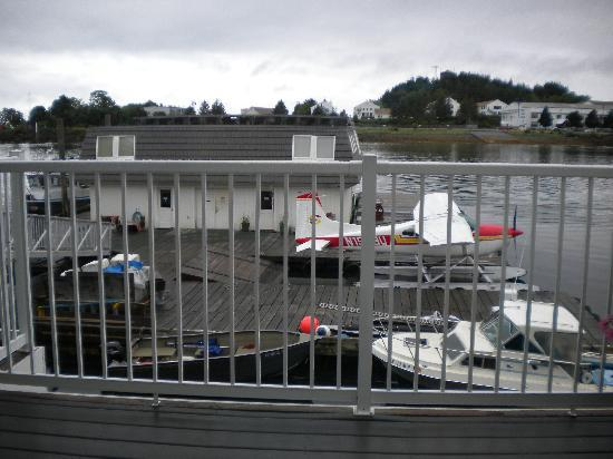 The Fly In Fish Inn & Restaurant: Float Plane dock right behind the Inn