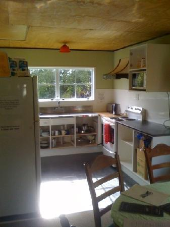 Kiwi Cave Rafting Backpackers: Kitchen Area