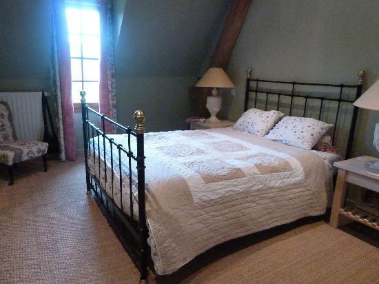 Kasteelhoeve de Kerckhem - Boutique Hotel: bedroom, no. 1, with an upstairs bathroom