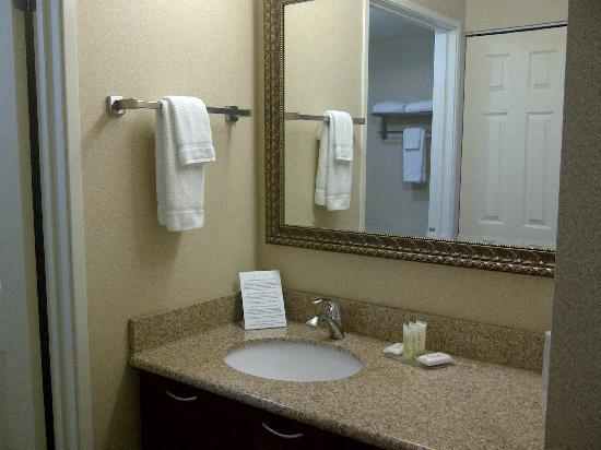 Staybridge Suites London: bathroom 1