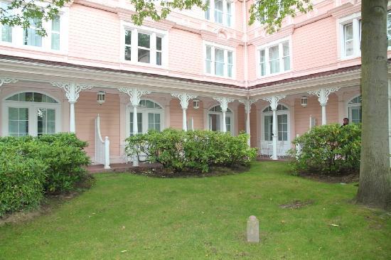 Disneyland Hotel : The garden in front of ground floor rooms