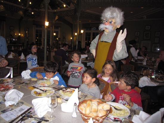 Disneyland Hotel : Caracters at the dinner in the inventions restaurant