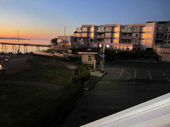 Sidney Waterfront Inn & Suites : view towads the fishing pier at sunrise