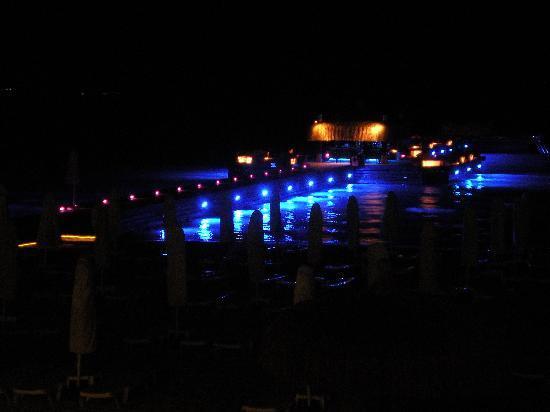 Sheraton Cesme Hotel Resort & Spa: Ristorante sull'acqua
