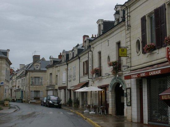 Hotel La Croix Blanche Fontevraud : het hotel ligt aan de abdij van Fontevraud