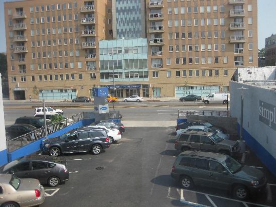 هوتل لو بليو: Looking out into the parking lot