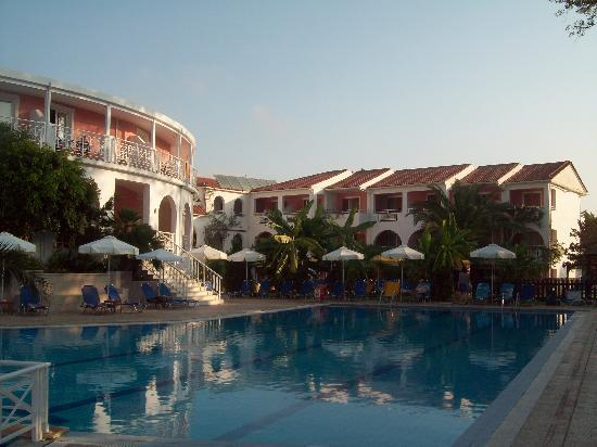 Bitzaro Palace Hotel: View of the hotel pool as seen from the restaurant