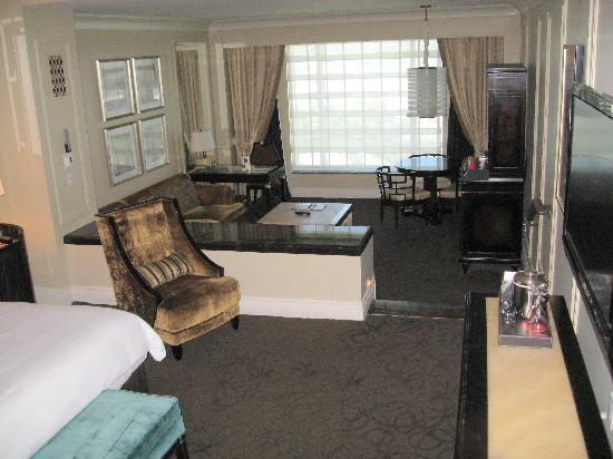 โรงแรม เดอะ พาลาซโซ รีสอร์ท คาสิโน: View of my room the 720SF 'Luxury Suite' The smallest room is pretty big!