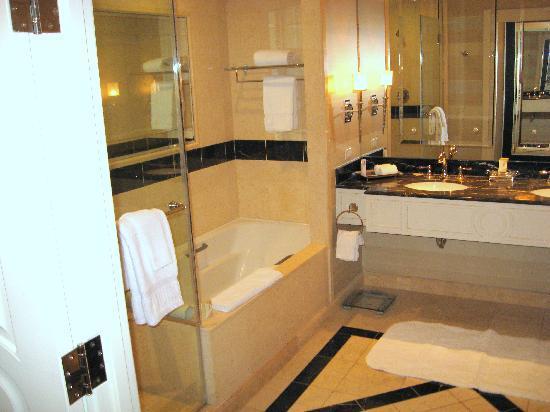 โรงแรม เดอะ พาลาซโซ รีสอร์ท คาสิโน: The bathroom is large and very nice.