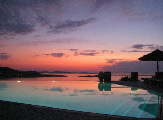 Vencia Hotel: The pool after sunset