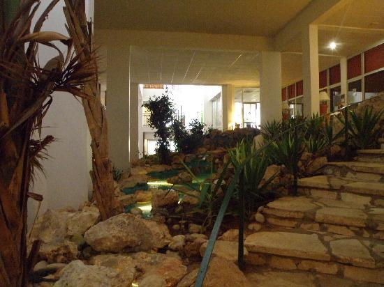 Atlantica Sungarden Beach: 2nd floor of the hotel - Gym to the right