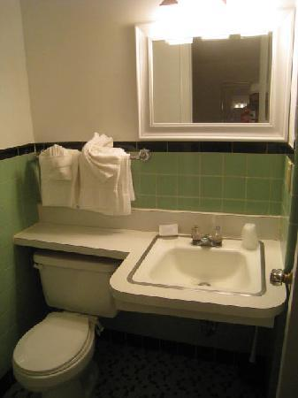 Inn at Presque Isle: Bathroom & Light & Sink.