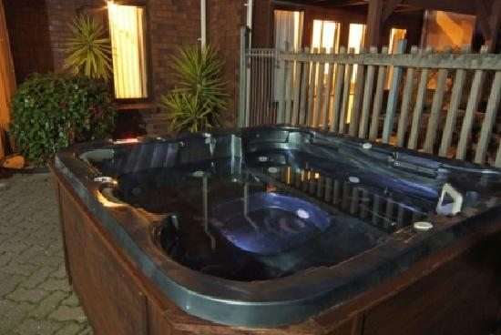 Cascades Lakefront Motel: Outdoor spa pool