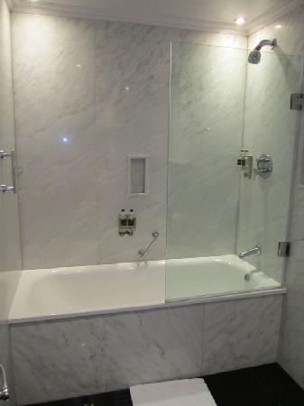 โรงแรมเดอะเมย์แฟร์: bath