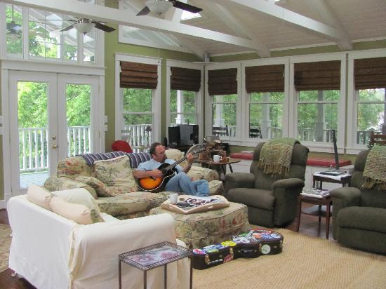 Magnolia House Bed and Breakfast: Beautiful sunroom