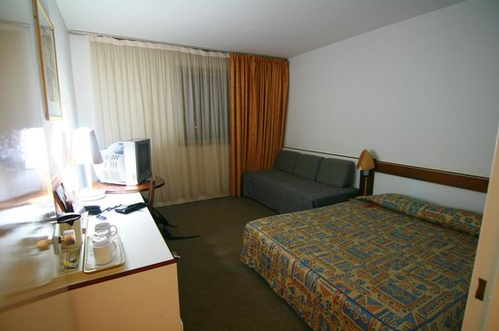Accra City Hotel: Dated design of the room