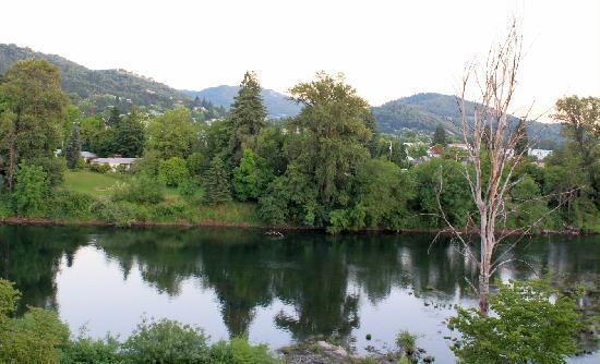 Holiday Inn Express Roseburg: Scenic river view off the private patio