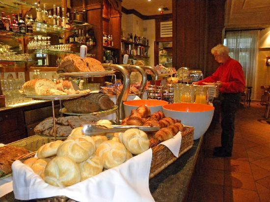 Hotel Graaf Bernstorff: Philip at the extensive breakfast buffet