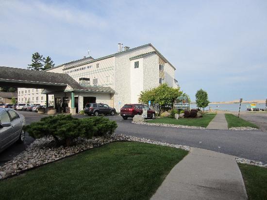 Dunes Waterfront Resort: Front of hotel