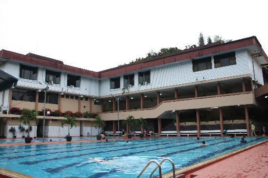 Cipaku Indah Hotel: cool and hot-water swimming pools