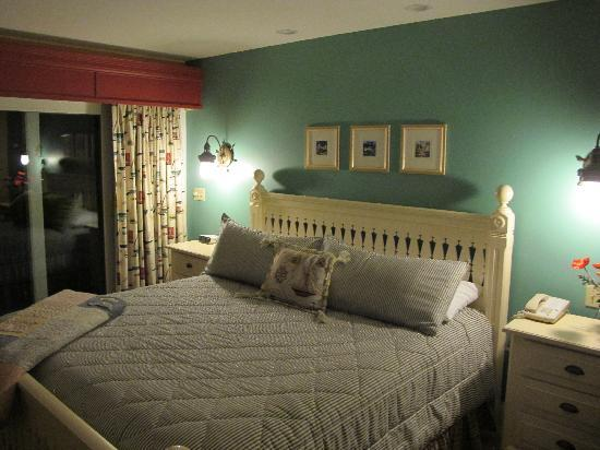 Island View Inn: the bed and cozy room!