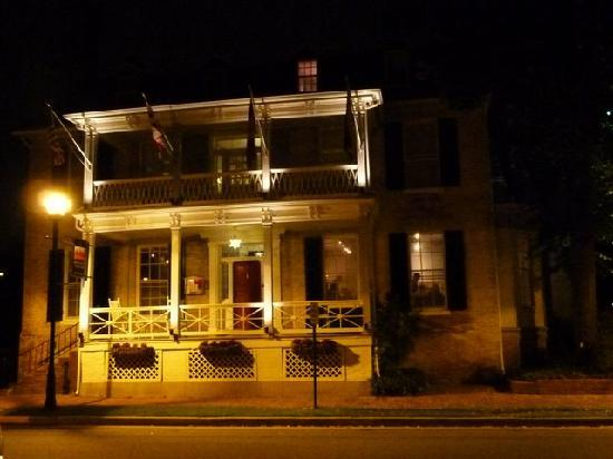 Bartlett Pear Inn: At night
