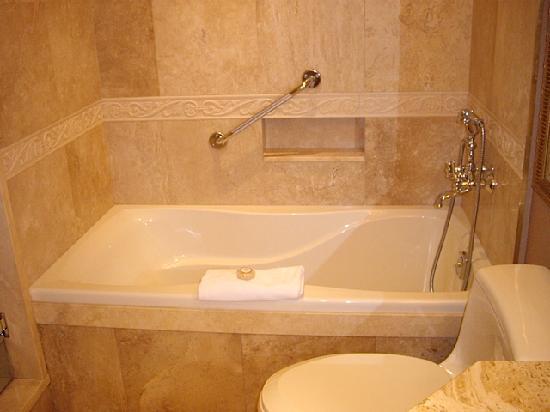 Wedgewood Hotel & Spa: Marble tub