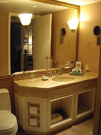 Wedgewood Hotel & Spa: Bathroom Vanity