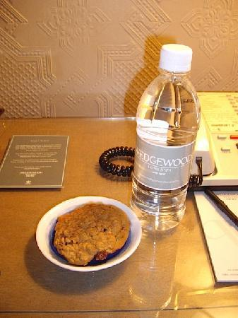 Wedgewood Hotel & Spa: Cookies and Bottled Water
