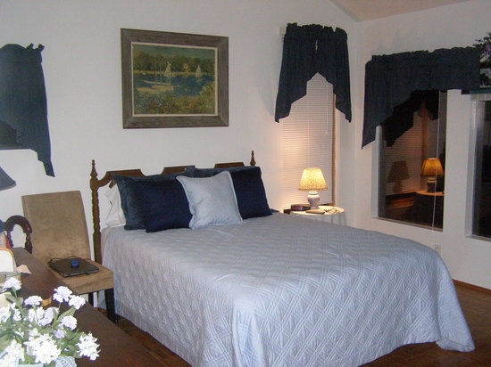 The Cherry Orchard B&B: Blue room queen size bed (very comfy!)