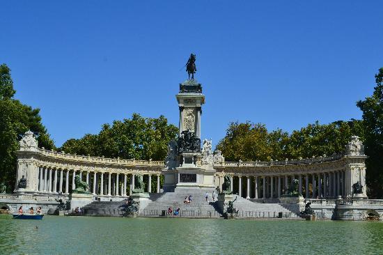 เรติโรปาร์ค: Alfonso's monument from our boat