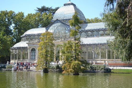 เรติโรปาร์ค: Glass house with turtle/duck pond