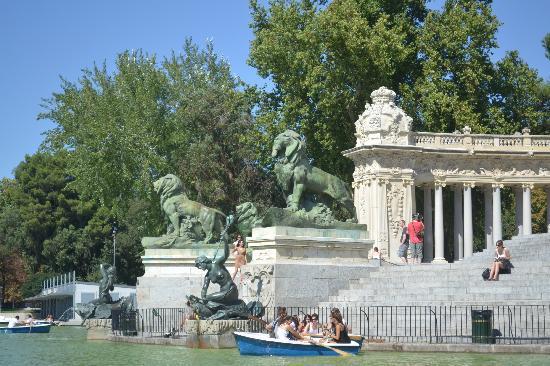 เรติโรปาร์ค: Side view of pond with boats by Alfonso's monument