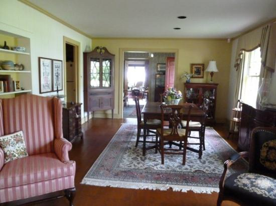 Point Breeze Bed & Breakfast: Front room common area