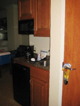 Holiday Inn Express Hotel & Suites Klamath Falls: microwave/fridge area