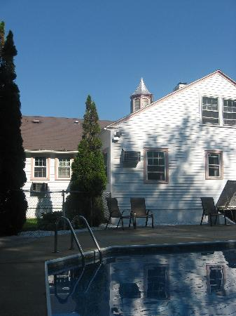 Lenox Inn: Relaxing by the pool on a hot summer afternoon!