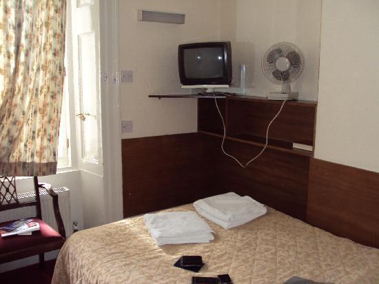Ridgemount Hotel: View of the room from the door