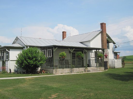 Thistle Ridge Bed & Breakfast & Winery Tours: 1870 Farm House
