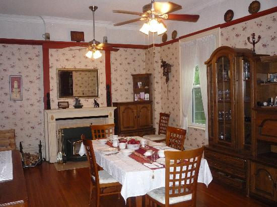 Place Victoria Place Bed & Breakfast: Spacious dining room where breakfast is served