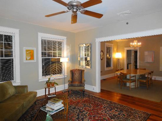 Adora Inn: Livingroom