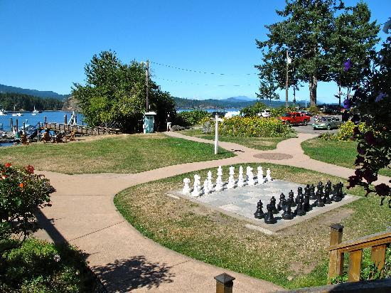 Herons Restaurant @ Heriot Bay Inn: Oversize chess set on hotel lawn